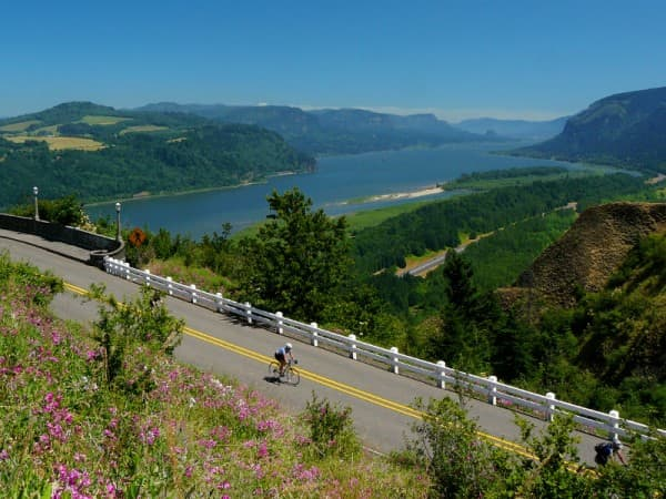 Oregon-bicycle-tours-Columbia-Gorge-cyclists-600x800