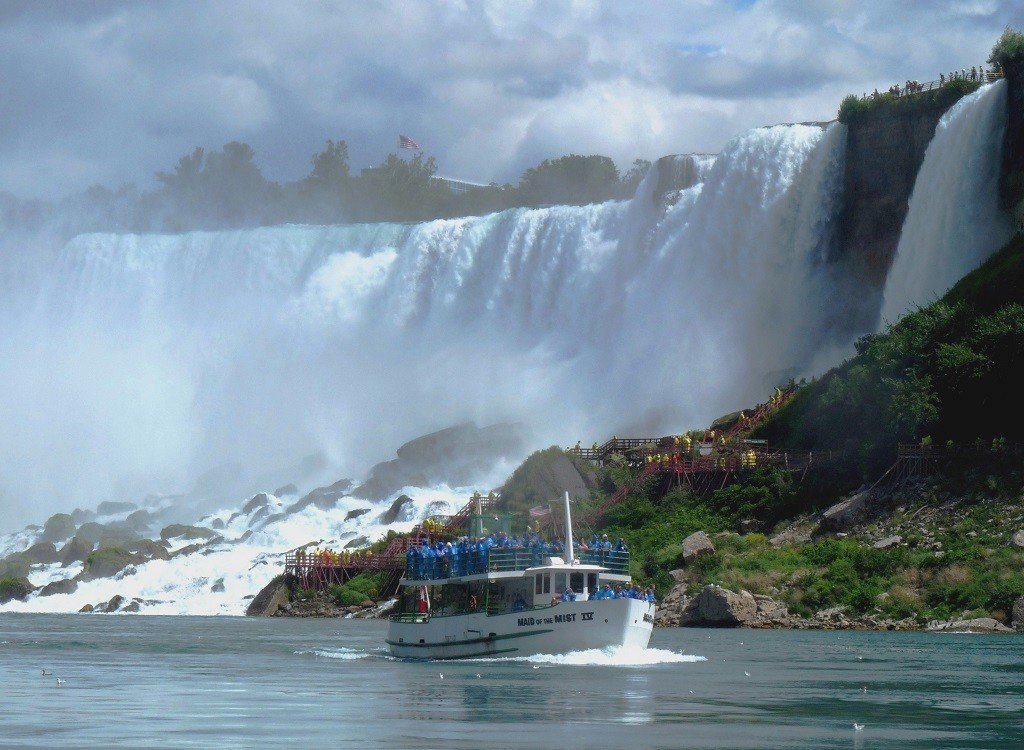 Beautiful view of Niagara Falls and Maid of the Mist boat